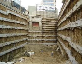 Cara frontal donde se utiliza suelo parcialmente claveteado son usados como una parte del muro anclado y mini pilotes