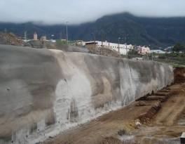 Vista parcial de la contención provisional del terreno, mediante hormigón proyectado y anclajes pasivos, para la construcción de una urbanización industrial.